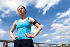 Остатки молодой женщины после бега, jogging пригонки в городе Стоковые Изображения RF