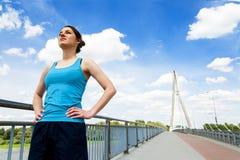 Остатки молодой женщины после бега, jogging пригонки в городе Стоковые Фото