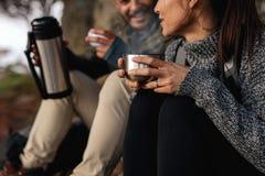 Остатки пар говоря и выпивая кофе Стоковое Фото