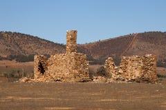 Остатки покинутой усадьбы с холмами в предпосылке стоковая фотография