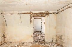 Остатки покинутый поврежденный и разрушенный интерьер дома артобстрелом гранаты с обрушенными крышей и стеной в selecti военной з стоковая фотография rf