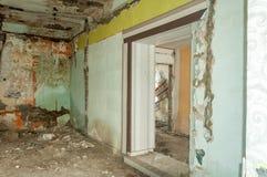 Остатки покинутый поврежденный и разрушенный интерьер дома артобстрелом гранаты с обрушенными крышей и стеной в selecti военной з стоковые фотографии rf