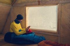 Остатки путешественника в старой хате горы Стоковое Фото