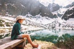 Остатки путешественника мальчика после пешего близко озера горы вокруг снежного p Стоковые Изображения RF