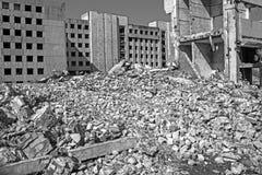 Остатки разрушенного здания большого промышленного объекта Справочная информация Черно-белое изображение стоковые изображения rf