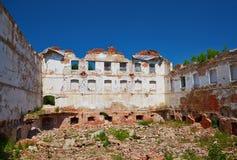 Остатки разрушенного здания фабрики стоковая фотография rf