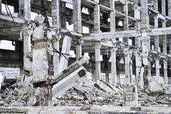 Остатки разрушенного промышленного здания Скелет большого здания конкретных лучей Стоковые Фотографии RF