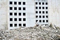 Остатки разрушенного промышленного здания Скелет большого здания конкретных лучей Стоковая Фотография