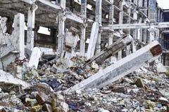 Остатки разрушенного промышленного здания Скелет большого здания конкретных лучей, Стоковая Фотография RF