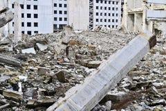 Остатки разрушенного промышленного здания Скелет большого здания конкретных лучей Стоковые Фото