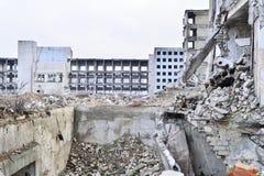 Остатки разрушенного промышленного здания Скелет большого здания конкретных лучей Стоковые Изображения