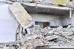 Остатки разрушенного промышленного здания Скелет большого здания конкретных лучей Стоковое Фото