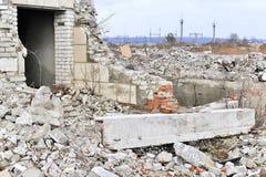Остатки разрушенного промышленного здания Скелет большого здания конкретных лучей Стоковая Фотография RF