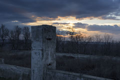 Остатки разрушенных домов на заходе солнца Стоковые Изображения RF