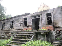 Остатки старого деревянного дома Стоковые Фото