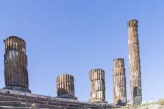 Остатки старых Doric столбцов в Помпеи, Италии Стоковые Фото