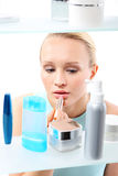 Остервенение покупок - женщина в косметическом магазине Стоковая Фотография RF