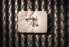 Остерегитесь знака собаки предохранителя на загородке звена цепи Стоковая Фотография