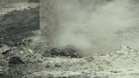 ОСТРАВА, ЧЕХИЯ, 28-ОЕ НОЯБРЯ 2018: Ликвидирование корректировки отхода мест захоронения отходов масла и ядовитых веществ видеоматериал