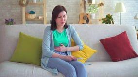 Острая боль в животе в женщине используя смартфон видеоматериал