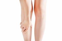 Острая боль в голени женщины изолированной на белой предпосылке Путь клиппирования на белой предпосылке Стоковое Изображение RF