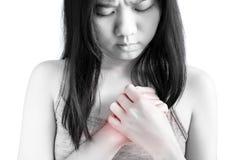 Острая боль в запястье руки женщины изолированном на белой предпосылке Путь клиппирования на белой предпосылке стоковая фотография