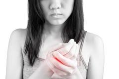 Острая боль в запястье руки женщины изолированном на белой предпосылке Путь клиппирования на белой предпосылке стоковые изображения rf
