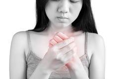 Острая боль в запястье руки женщины изолированном на белой предпосылке Путь клиппирования на белой предпосылке стоковое изображение rf