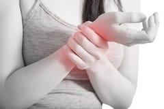 Острая боль в запястье руки женщины изолированном на белой предпосылке Путь клиппирования на белой предпосылке стоковое фото