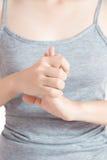 Острая боль в запястье руки женщины изолированном на белой предпосылке Путь клиппирования на белой предпосылке стоковые изображения