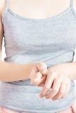 Острая боль в запястье руки женщины изолированном на белой предпосылке Путь клиппирования на белой предпосылке стоковые фотографии rf