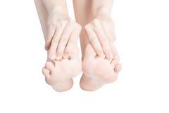 Острая боль в ногах женщины изолированных на белой предпосылке Путь клиппирования на белой предпосылке Стоковое Изображение
