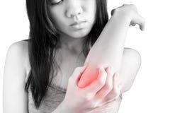 Острая боль в локте женщины на белой предпосылке Путь клиппирования на белой предпосылке стоковое изображение