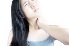 Острая боль и симптом боли в горле в женщине изолированной на белой предпосылке Путь клиппирования на белой предпосылке стоковое изображение