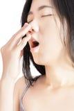 Острая боль и симптом боли в горле в женщине изолированной на белой предпосылке Путь клиппирования на белой предпосылке стоковые изображения rf