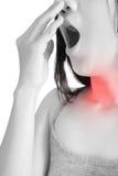 Острая боль и симптом боли в горле в женщине изолированной на белой предпосылке Путь клиппирования на белой предпосылке стоковое фото rf
