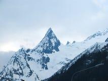 Острая верхняя часть снег-покрытой горы стоковая фотография rf