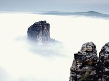 Острая империя утеса песчаника вставляя вне от густого тумана Глубокая туманная долина Стоковые Фото