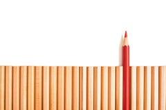 Острая стойка карандаша красного цвета из других карандашей Стоковые Фото