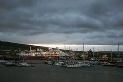 Острова Великобритания Шотландия 18 Kirkwall оркнейских остров гавани шлюпки захода солнца кораблей 05 2016 стоковые фото