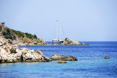 Острова, голубое море и голубой плавать шлюпок путешествия Стоковое фото RF