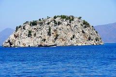 Острова, голубое море и голубой плавать шлюпок путешествия Стоковое Изображение