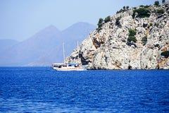 Острова, голубое море и голубой плавать шлюпок путешествия Стоковые Фотографии RF