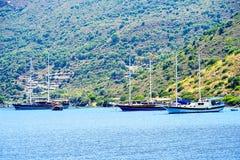 Острова, голубое море и голубой плавать шлюпок путешествия Стоковые Изображения RF