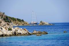 Острова, голубое море и голубой плавать шлюпок путешествия Стоковые Изображения