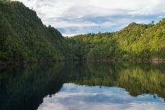 Острова известняка и мирная лагуна Стоковые Фотографии RF
