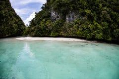 Острова известняка и тропическая лагуна в Палау Стоковые Фото