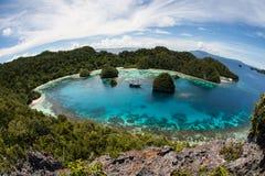 Острова известняка окружая лагуну в радже Ampat Стоковые Фото