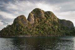 Острова и лагуна известняка в радже Ampat Стоковые Фото