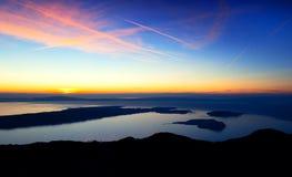острова над заходом солнца моря Стоковые Изображения RF
